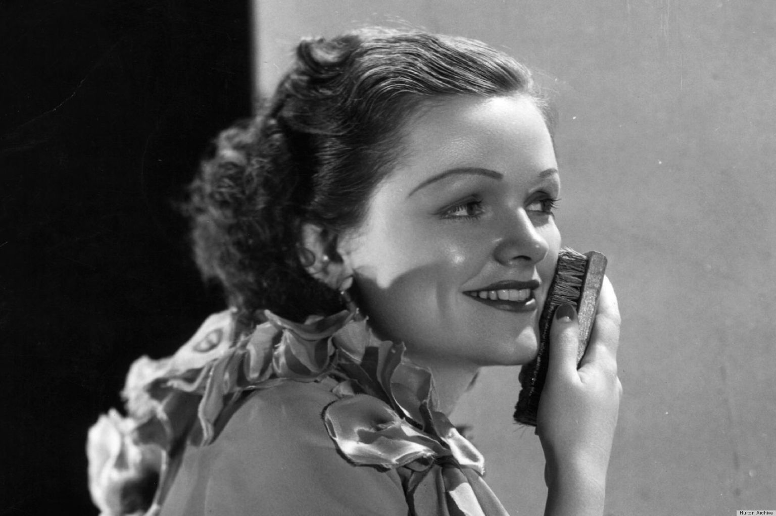 circa 1935: Port Kelton, star of RKO's 'Bachelor Bait' scrubs her face, neck and hands with a soft complexion brush as part of her regular beauty routine. (Photo by Robert Coburn/Hulton Archive/Getty Images)